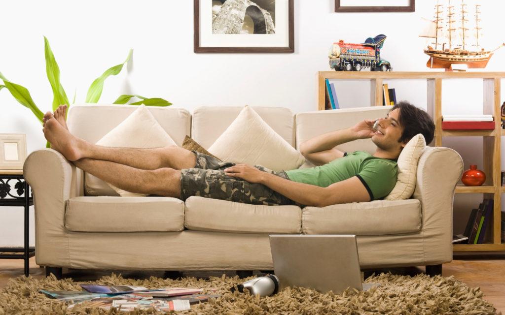 Kille teledejtar från soffan